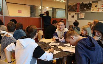 Leerlingen van het Alfrink College kijken over hun grenzen