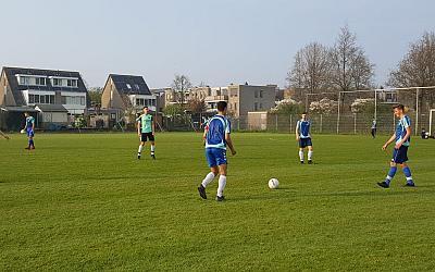 Alfrink voetbalteam oefent tegen Stompwijk